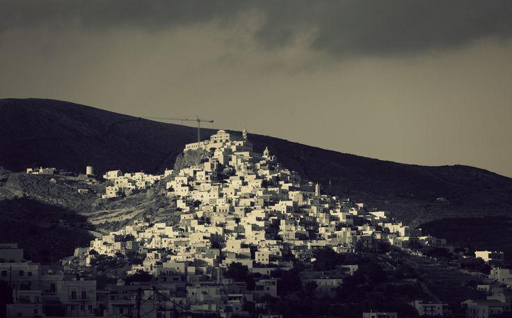 Ο λοφίσκος της Άνω Σύρου με μικρές παρεμβάσεις στα χρώματα της εικόνας.