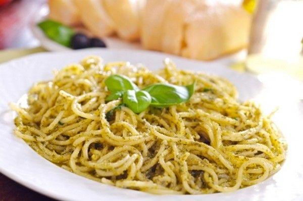 Paste integrale cu pesto. Ai nevoie de: 1 cană cu paste integrale fierte şi 2 linguri cu pesto. Ca să prepari pesto ai nevoie de frunze proaspete de busuioc, seminţe de pin coapte (sau nuci coapte), sare, 1 căţel de usturoi, ulei de măsline sau pastă de susan şi fulgi de drojdie inactivă. Se pisează în mojar toate ingredientele şi se presară peste pastele calde.