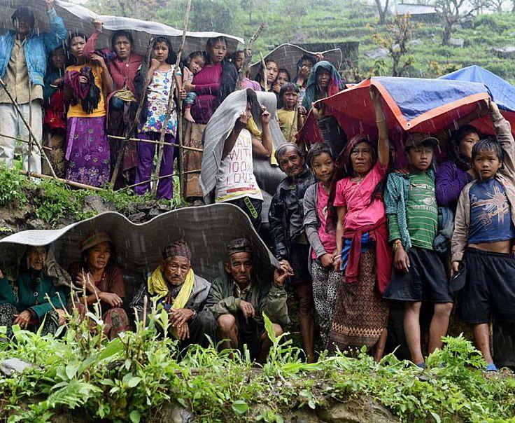 28 avril 2015 - Népal: 5000 morts et 8 millions de personnes affectées : La catastrophe a fait 5057 morts et plus de 10 000 blessés au Népal, selon le dernier bilan, tandis qu'une centaine d'autres sont mortes en Inde et en Chine. Parmi ces victimes figurent les 18 alpinistes tués dans l'avalanche monstre qui s'est produite samedi sur l'Everest. Quelque huit des 28 millions d'habitants du Népal sont affectés, d'une manière ou d'une autre, selon l'ONU.