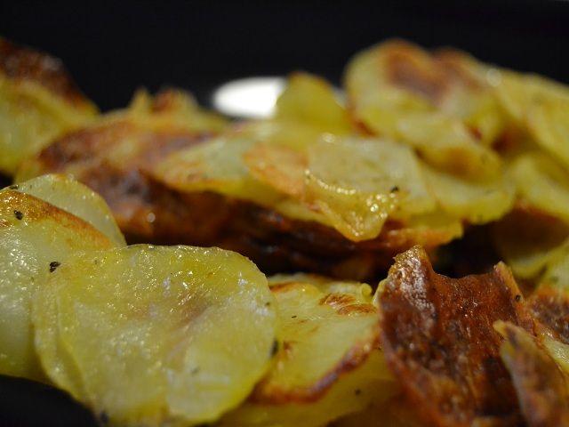 Le patate croccanti al forno sono un'alternativa gustosa e più leggera rispetto alle patate fritte, senza però rinunciare alla golosità di uno dei contorni più buoni e adatti veramente a tutte le età. Tagliando le patate in fettine molto sottili, infatti, è possibile gustarne la croccantezza ed