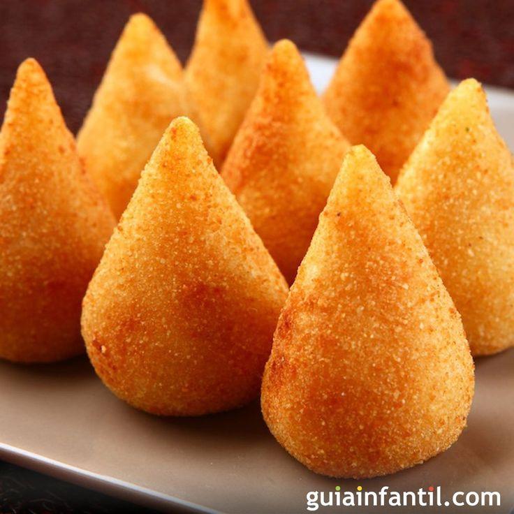 Las coxinhas de frango o muslitos de pollo rellenos, son bocaditos salados, típicos de la gastronomía de Brasil, ideales para un entrante, aperitivo, para una fiesta de cumpleaños o la cena de los niños.