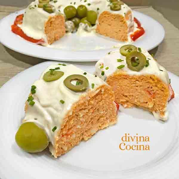Esta receta de pastel de atún y pimientos se prepara en pocos minutos en el microondas y te montas un plato muy festivo con ingredientes sencillos.