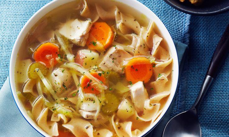 Une soupe au poulet créée à partir de rien, obtenue en faisant mijoter des cuisses de poulet dans un bouillon simple.