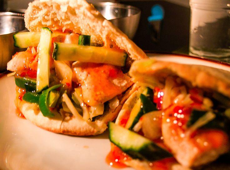 Broodje kip met sweet chilisaus.    Lees hier het recept: http://www.lifeintechnicolor.net/wordpress/broodje-kip-met-sweet-chili/