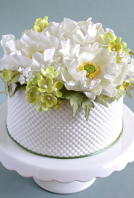 One-tier white wedding cake with flowers
