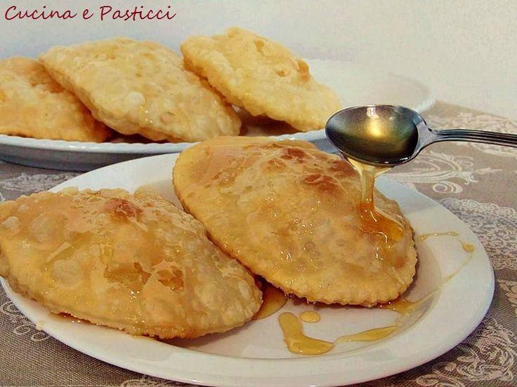 Le sebadas sono un dolce tipico sardo composto da una sfoglia sottile ripiena di formaggio che viene fritto e servito con miele o zucchero