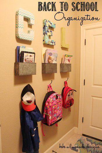 忘れ物しがちな子どもたちの荷物は、玄関にまとめてしまいましょう!朝のバタバタがちょっとマシになるかも⁉︎