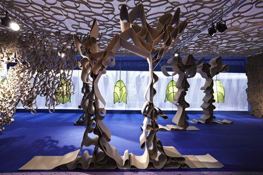 Instalação com luminárias e esculturas de papelão ondulado – Irmãos Campana