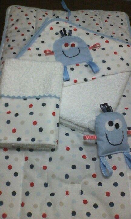 Toallón con capucha, toallas y cambiador con muñeco de apego