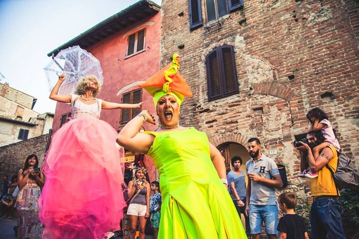 Sometimes a bright pink tutu and a queer friend are all it takes to have fun! Join the joy at mercantia, in Certaldo! #tuscany #certaldo #mercantia #streetart #joy www.hotelcertaldo.it