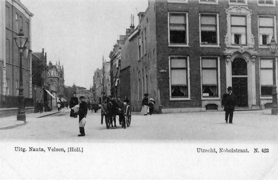 Gezicht in de Nobelstraat te Utrecht met rechts een gedeelte van het huis Drift nr. 7. 1890-1905