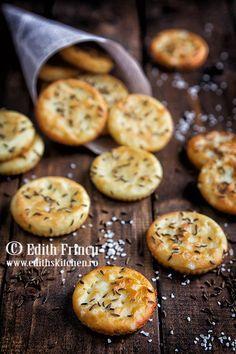 Crackers Dukan - o reteta rapida de crackers dietetici, din amidon, branza degresata si albus de ou, presarati cu sare sau chimen.