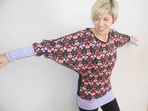 """Miss Lilou ist ein einfach zu nähendes, aber sehr wirkungsvolles Fledermaus-Damen-Shirt in den Doppelgrößen 34/36 - 50/52!  Das Langarmshirt ist sehr wandelbar: Ob mit breiten Bündchen, eingezogenem Gummiband oder als Longshirt, Miss Lilou ist durch ihre auffallenden und im Trend liegenden Fledermausärmel ein absoluter Hingucker. Sowohl schlanke Damen, als auch die, """"mit ein bisschen mehr auf den Rippen"""", werden von Miss Lilou begeistert sein.  Miss Lilou ist für Anfängerinnen genauso wie…"""