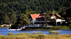 #Bolu #BoluHotels #AbantHotels - #Abant - Abant Kosk Oteli - http://www.boluhotels.com/abant-kosk-oteli - Lodge Info: Tackle: Abant Gol Kenari, 14200 Abant, Abant Located on the shores of Lake Abant, Abant Kosk Oteli presents rooms with free Wi-Fi and a personal balcony. Amenities embrace a sauna and a 24-hour reception. The rooms at Abant Kosk Oteli are adorned with heat colors and...
