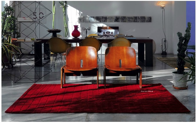 Tappeto Hole collection in acrilico 140x200 rosso  ART. DSJ-HOLERO140200     Il tappeto è il complemento d'arredo per eccellenza.  La qualità e il design sono il punto di forza di questa linea di tappeti.  Realizzati con i migliori standard di qualità conferiscono all'ambiente in cui vengono posizionati un tocco di classe.  Composizione vello: 100% acrilico  Retro: spalmato latex e foderato con 65% poliestere e 35% cotone  Dimensioni: 140x200  Colore: rosso