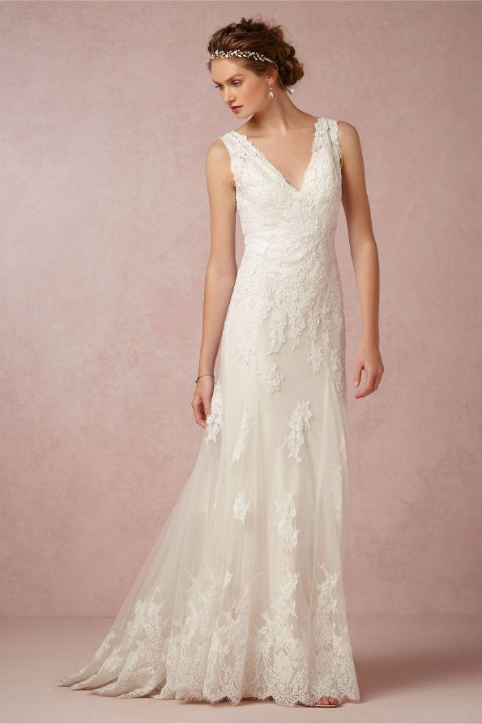 Cette robe Francine de BHLDN comporte de la dentelle sur une grande partie. Près du corps, avec un décolleté plongeant en V et une bordure bien travaillée aux pieds, elle est très bohème.
