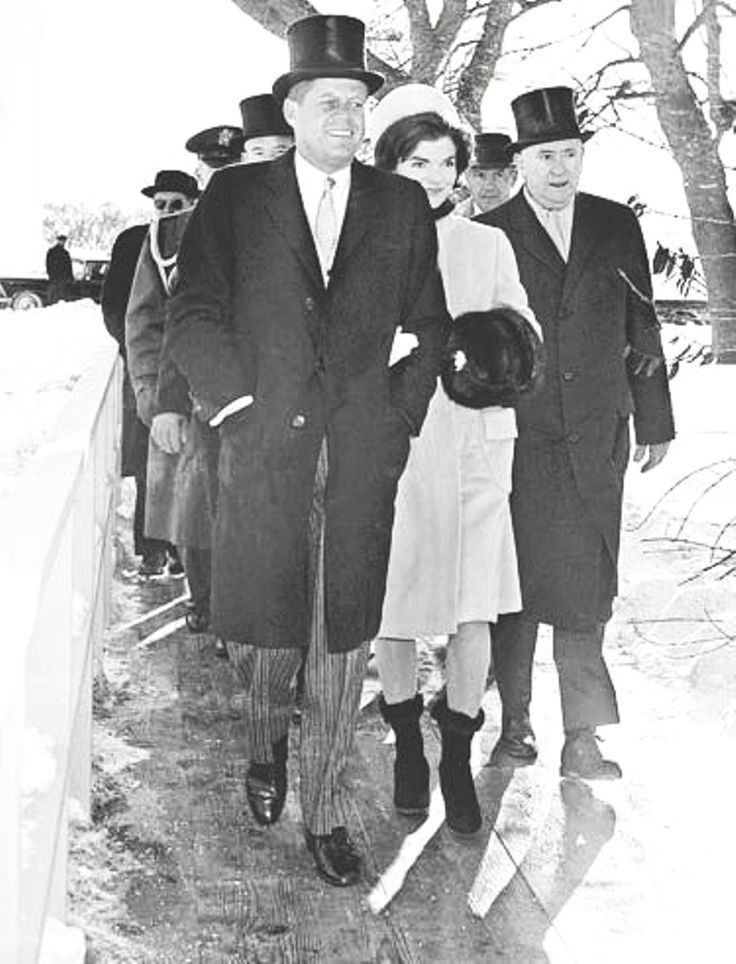 Dashing through the Snow… The Kennedys walk through the White House grounds on their way to the inaugural parade… The previous night's snowstorm created chaos in Washington in the morning, and the inaugural parade was almost cancelled. However, in hindsight, the white blanket of snow over Washington fittingly signified the new beginning of Kennedy's 'New Frontier' .♡❀❁❤❁❤❁❤❁❤❁❤♡❀ http://www.jfklibrary.org/Asset-Viewer/BqXIEM9F4024ntFl7SVAjA.aspx
