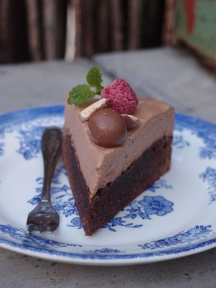 Jag har länge velat göra en moussetårta men inte riktigt kommit över något bra recept som motsvarar det jag vill göra. Tills att jag hittar ett sådant gottar jag mig med den här enkla tårtan; kladd…