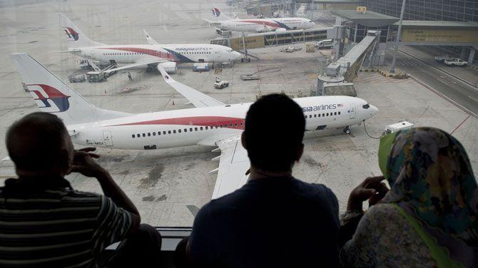 Crash vlucht MH17Soms kent het toeval vreemde kronkels. In maart ontsnapte een Maleisische stewardess aan de dood door van shift te wisselen, waardoor ze niet op de vermiste vlucht MH370 zat. Gisteren kwam haar man om, ook een steward bij Malaysia Airlines. Hij had van shift gewisseld om wél op vlucht MH17 te zitten, die neerstortte in Oekraïne.