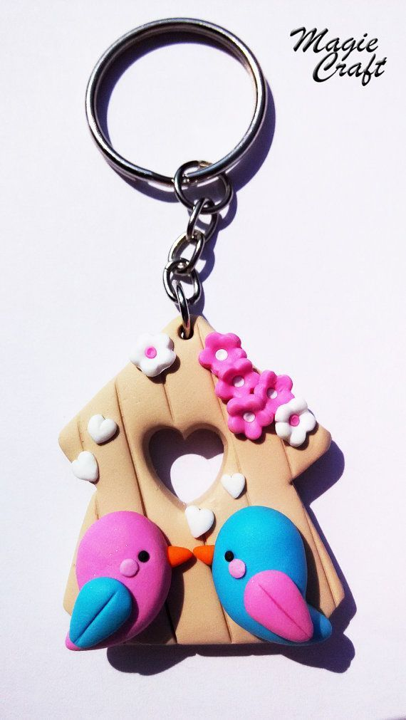 Key chain with pendant made entirely by hand. A cottage with two lovebirds, surrounded by hearts and tiny flowers, all in Fimo. Measure 3.5 cm. A: