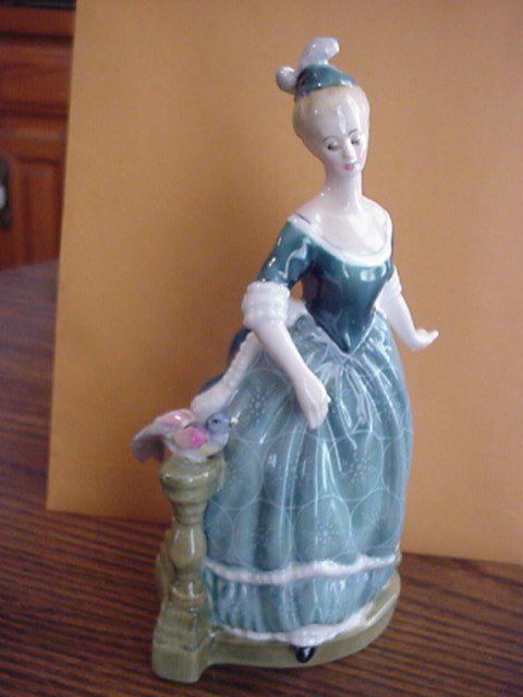 """Создатель, дизайнер Кларинды William K. Harper, работал с 1975 году  и вышел в отставку в 1981 г.  Исполнена в синем и белом цвете. 21,6 см (8,5 """"дюймов) в высоту.   С момента своего создания в 1913 году, серия Royal Doulton Pretty Ladies Collection Figurines были одной из самых популярных коллекций Royal Doulton."""
