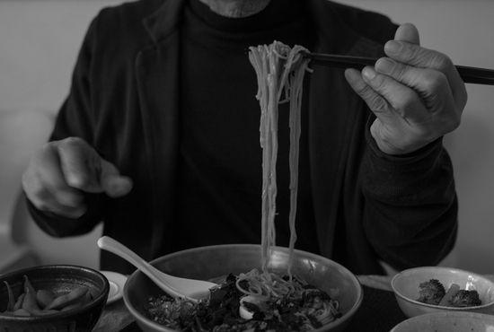 腸に負担をかけずに消化を促すことに重きを置き、下記の内容を基本としたメニューを日々取り入れているそうです。朝: スロージューサーで絞った、にんじんとりんごと生姜のジュース ローフードの考え方を取り入れた季節のフルーツ(4~5種類を少量ずつ) 昆布でだしをとった具のない味噌汁に生姜を加えたもの 昼: 野菜の副菜4~5品 根菜や豆腐などの味噌汁 玄米または十穀米、こんにゃくそばなどの麺類 夜: サラダ、野菜のスープ 野菜の副菜(ケール、芽キャベツ、ブロッコリーなどに火を入れたもの) 魚介類のメインディッシュ パスタなどの炭水化物を少量摂ることも
