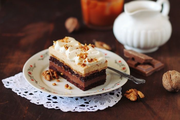 Prajitura cu ciocolata, caramel si crema cu nuci pralinate, straturi delcioase de blat de cacao, crema de ciocolata, mousse de nuci pralinate.