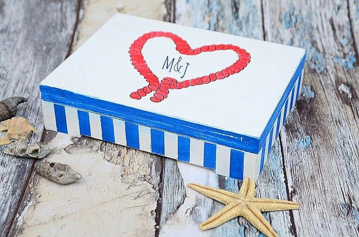 Pudełeczko na obrączki ślubne w stylu marynarskim, personalizowane, z Waszymi inicjałami na wieczku i w środku :)  Dostępne w sklepie internetowym Madame Allure!