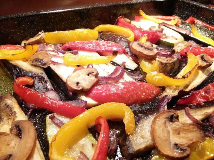 Groenten geroosterd in walnootolie  Supermakkelijk recept: Aubergine paprika en courgette in repen snijden. Champignons in plakken. Insmeren met de walnootolie. Bestrooi met peper en zout en een kleingesneden rode peper. Ca. 25 min in de oven.