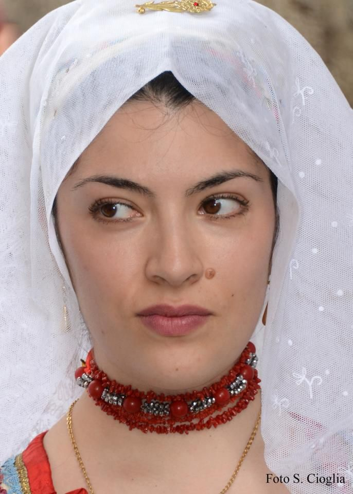 Alessandra Farina con il costume di Busachi. Foto di S. Cioglia