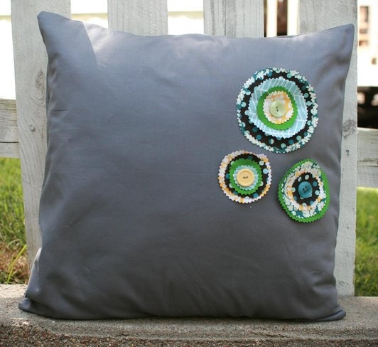 how to easily add embellishments to pillow covers www.fiskars.com