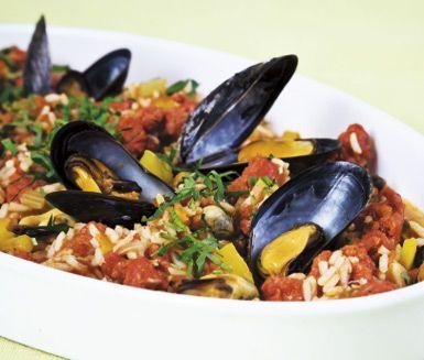 Ett utsökt recept på Gumbo med färsk, kryddig chorizo och blåmusslor. Du använder bland annat musslor, vitt vin, ris, paprika, chorizo och krossade tomater. Lyxigt att servera till vardags.