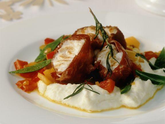 Seeteufel mit Schinkenwickel dazu Gemüse und Kartoffelbrei ist ein Rezept mit frischen Zutaten aus der Kategorie Meerwasserfisch. Probieren Sie dieses und weitere Rezepte von EAT SMARTER!
