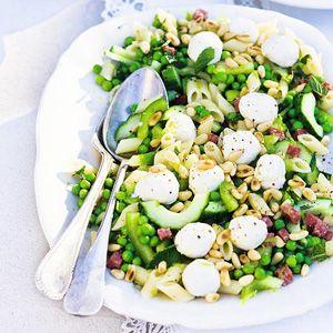 Pastasalade met groene groenten    mini penne, pijnboompitten, groene paprika, komkommer, tuinerwten, limoen, munt, olijfolie, mozzarella, salami