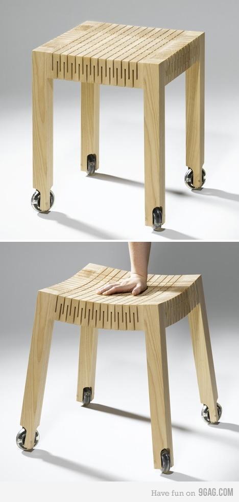 Le tabouret prend une forme incurvé lorsqu'on s'assoit dessus grâce aux incisions faites sur l'assise qui ont assouplies le bois!