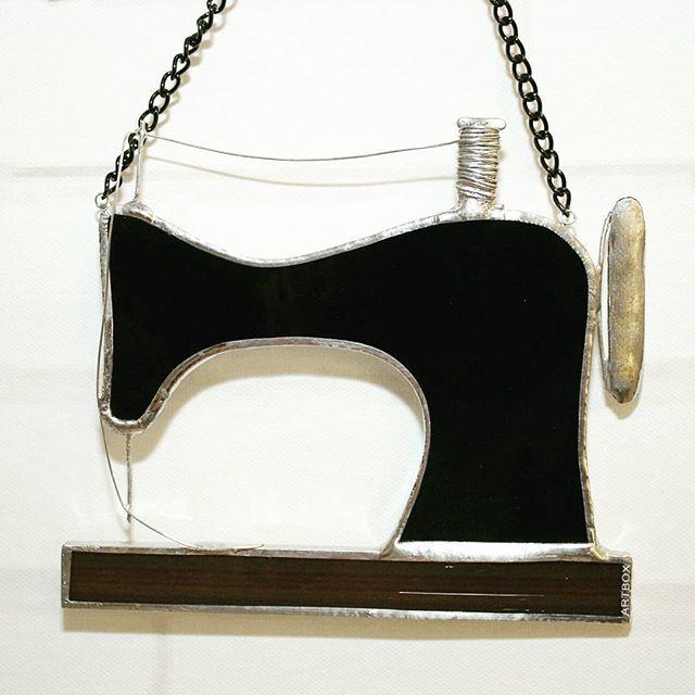 Швейное изящество прошлого века в стекле и металле. Подарок рукодельницам в магазин-студию Talento, где, кстати, вы сможете найти бОльшую часть работ от @artboxglass. Ждем всех на Димитрова, 62! #витраж #тиффани #подарки #стекло #шитье #швейнаямашинка #sewing #sewingmachine #gifts #artglass #sova #artboxsova #artboxglass #stainedglass #glass #glassart #art