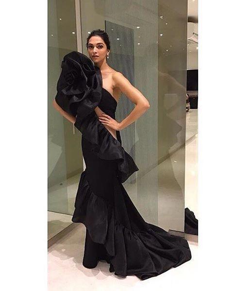 Deepika Padukone Looking Super #Sexy For #StarScreenAwards Tonight😍🔥 Isn't She Looking #Ravishing? 😘💕 (@deepikapadukone, #DeepikaPadukone, #StarScreenAwards, #Sexy, #Likes, #GainFollowers )