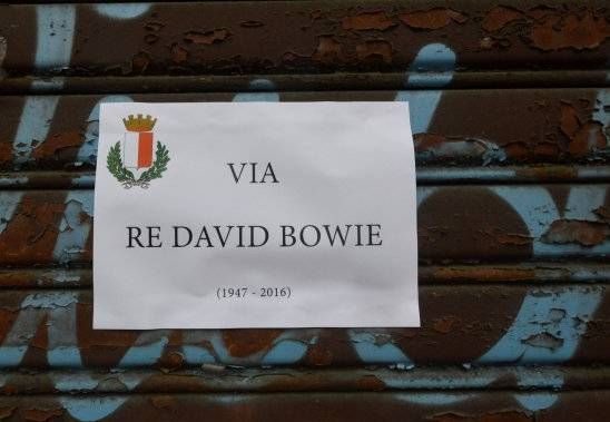 L'omaggio di #Bari a #DavidBowie --> http://www.chemusica.it/bari-omaggio-al-duca-bianco-compare-via-re-david-bowie/