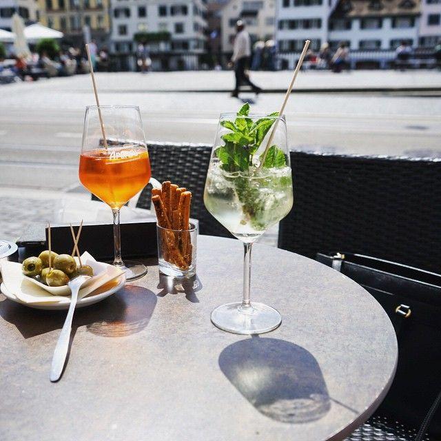 Какой-то особо приятный аперитив в солнце и c (почти) видом на Лиммат  #zurich #limmat #limmatquai #aperolspritz #hugo #drinks #aperitive #travel #europe #switzerland #friday #goingout #пятница #цюрих #аперитив #швейцария #makemoments #thehappynow #city_explore #