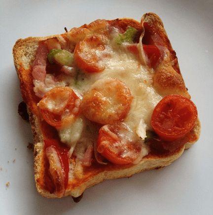 Si hay algo que nos gusta en casa es la pizza, y hoy hemos hecho este plato, con bases de pizza congeladas del Mercadona, y como nos sobraron ingredientes y tenía pan de molde a mano, pues me decidí por aprovechar los ingredientes.