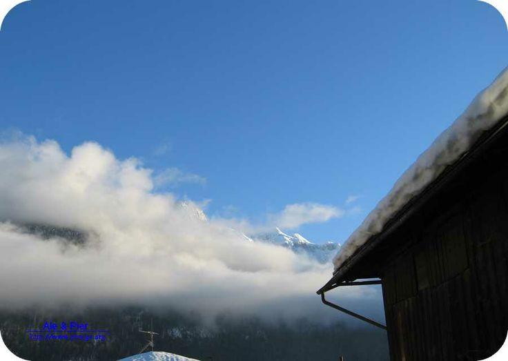 El Castellac ancora nelle nuvole al tramonto.