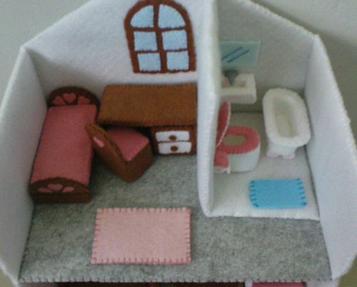 Felt Miniature Dollhouse | Flickr - Photo Sharing! Adorable felt bathtub and sink.
