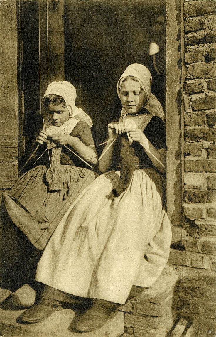 Postcard of Dutch girls knitting published by Utig F. B. den Boer, Middelburg, Holland, 1909.
