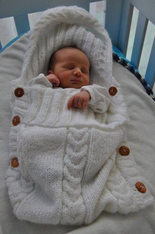 Wenn eine Freundin schwanger ist, bin ich immer schnell dabei die Nähmaschine zu greifen, um etwas Schönes fürs Baby zu machen. Ein hübscher Schlafsack oder süßer Schlafanzug kommt immer gut an. Wir zeigen Dir 12 Ideen für Babyschlafsäcke zum Selbermachen. Da sind ein paar supersüße Ideen dabei.