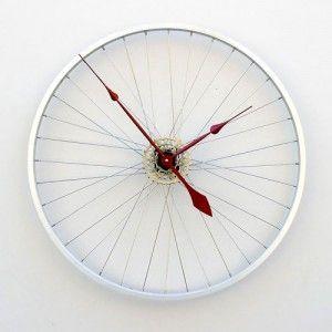Reciclar rueda de bicicleta: reloj de pared con una de las ruedas
