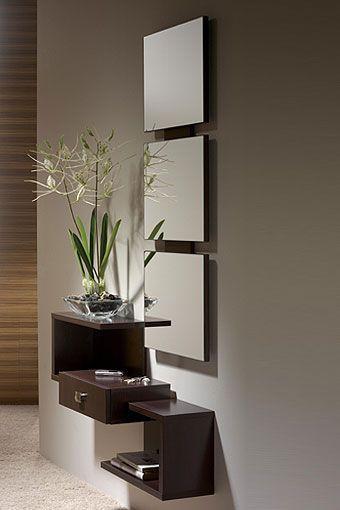 Shiito le presenta este mueble de entrada que se compone por un original espejo, y un mueble con repisa y cajón de diseño moderno y ligero, que se ajusta a las necesidades de su hogar. Se encuentra disponible en varios colores: walnut, wengué y ceniza xacobeo.