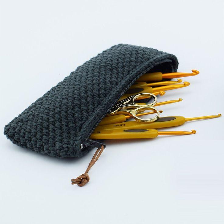 En lækker hæklet lille pung i et smuk og enkelt mønster. Brug den til dine hæklenåle, som makeup pung, eller måske til dine solbriller. Design din egen udgave i