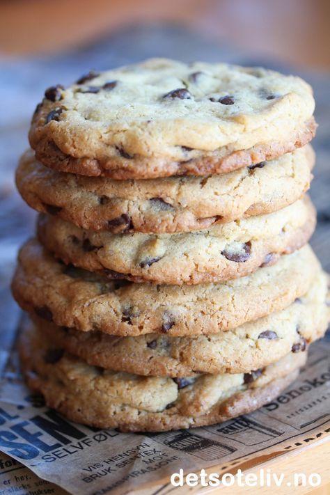 """Dette tror jeg må være verdens beste cookies! De er laget med brunt sukker, sjokolade og valnøtter og er store, litt myke og nesten """"kakelignende"""" (""""chewy"""" som man sier på amerikansk). Oppskriften har jeg fra en klassevenninne fra gymnaset som heter Tonje og som er halvt amerikansk. Hun tok av og til med seg en hel boks full av disse deilige kakene til skolen, og jeg skal si deg at de fikk ben å gå på!"""