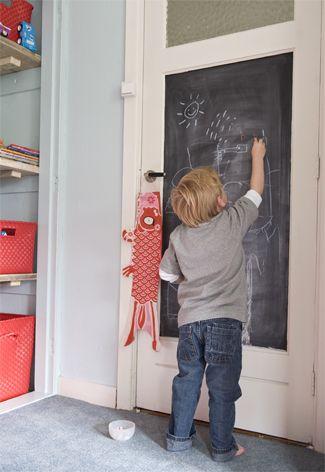 http://www.kidskamers.nl/wp-content/uploads/2012/11/Schoolbord-maken.jpg  en magneetverf erbij, nog leuker!
