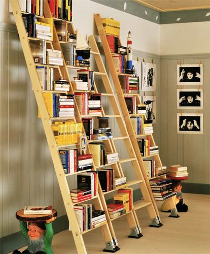 Living with books — 12-photo slideshow — I due tavolini Gnomi disegnati da Philippe Starck fanno da  guardia a una libreria decisamente economica realizzata con quattro  scale industriali